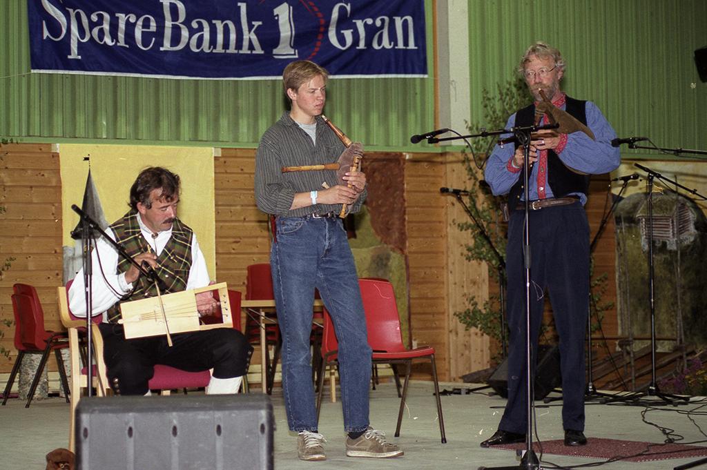 Anders Hovde (med sekkepipe) i samspill med Stein Villa (strykelyre) og Lasse Stang (sekkepipe) på kappleik i 1999 på Brandbu. Foto: Rolf Karlsen, Gjøvik spelmannslag.
